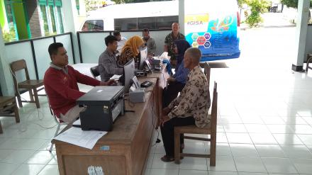 Warga Desa Bangunjiwo rekam E-Ktp di Kecamatan Kasihan