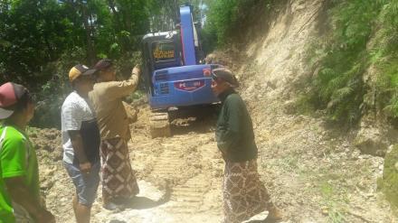 Lurah Desa Bangunjiwo tinjau langsung penangangan tanah longsor di Salakan