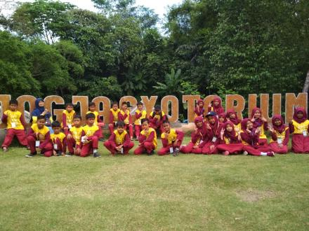Sebanyak 52 siswa SD Sambikerep mengikuti kegiatan outing class di Jogja Excotarium