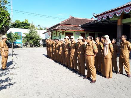 Apel pagi Pamong Desa Bangunjiwo sudah mengenakan seragam sesuai peraturan terbaru