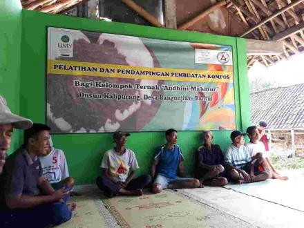 UMY berikan Pelatihan dan Pendampingan Pembuatan Kompos bagi kelompok Ternak Andhini Makmur