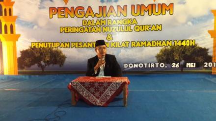 Lurah Desa Bangunjiwo secara resmi menutup gelaran Pesantren Kilat Masjid Baiturrohman Donotirto