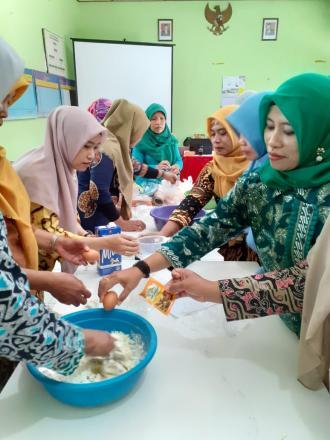 Ibu - ibu PKK Desa Bangunjiwo berlatih memasak kreasi roti donat