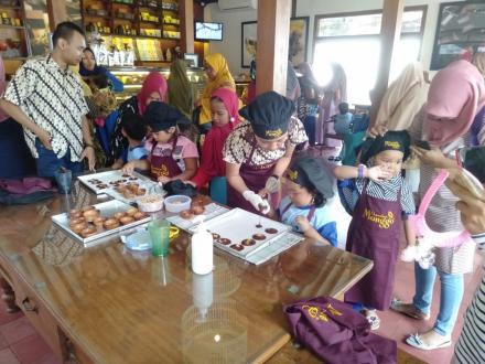 Anak - anak PAUD Bunga Lily Gendeng menikmati pengalaman membuat coklat