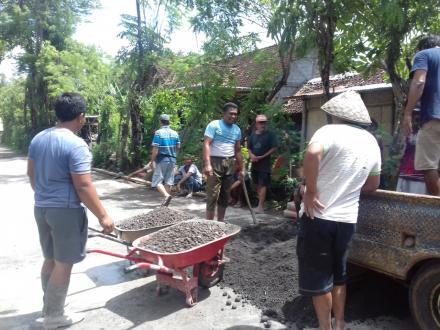 Masyarakat Tirto RT 05 semangat berswadaya membangun jalan