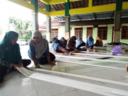 UP2K Dewi Kunthi praktek membuat Batik Sibori untuk seragam