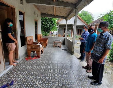 Pemerintah Kalurahan Bangunjiwo menyalurkan bantuan sembako bagi warga yang terpapar virus covid-19