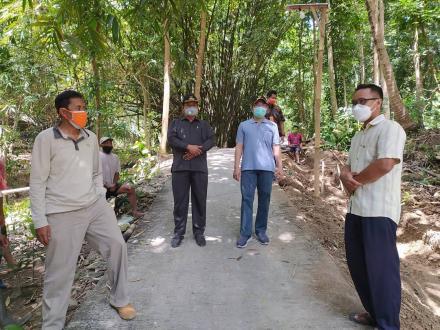 Bupati Bantul H. Abdul Halim Muslih meninjau langsung lokasi padat karya pembangunan